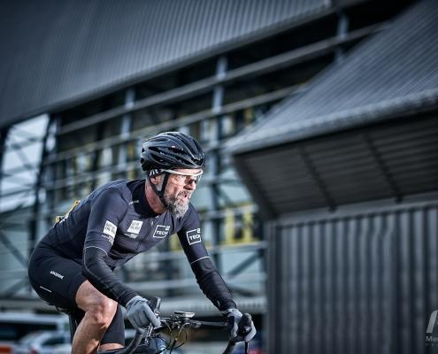 Portfolio, Radfahrer vor Industriefassade